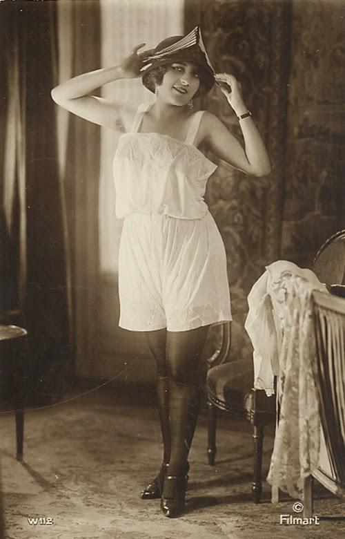 ретро фото женщины в комбинациях